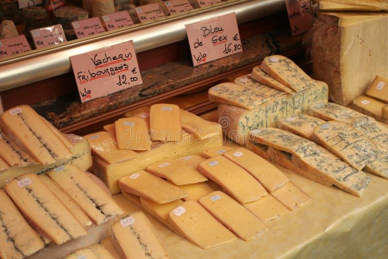 Franse kaas bij een markt in Parijs royalty-vrije stock afbeeldingen