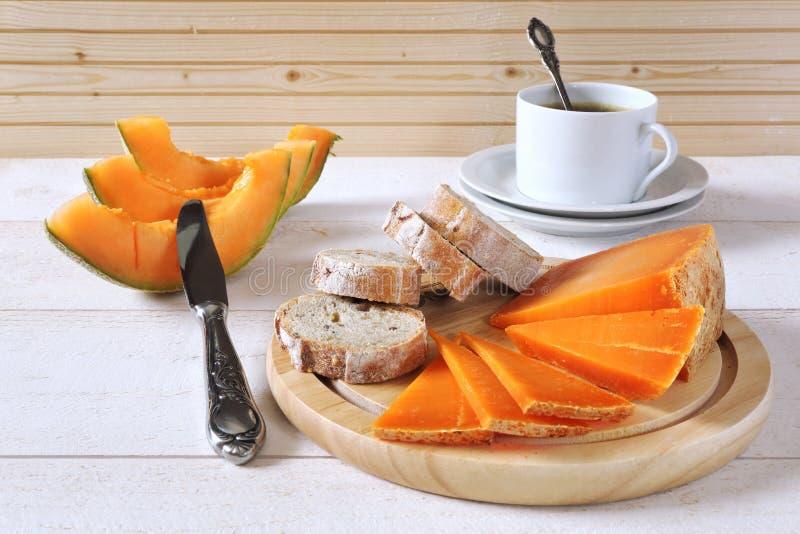 Franse kaas, brood, meloen en kop van koffie royalty-vrije stock fotografie