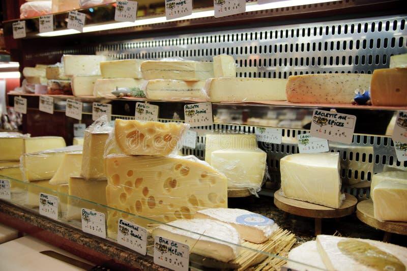 Franse kaaswinkel in Parijs met dozens soorten Franse chees royalty-vrije stock foto's