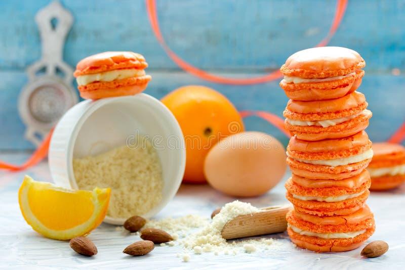 Franse macarons, eigengemaakte sinaasappel en mascarponemakarons royalty-vrije stock afbeelding