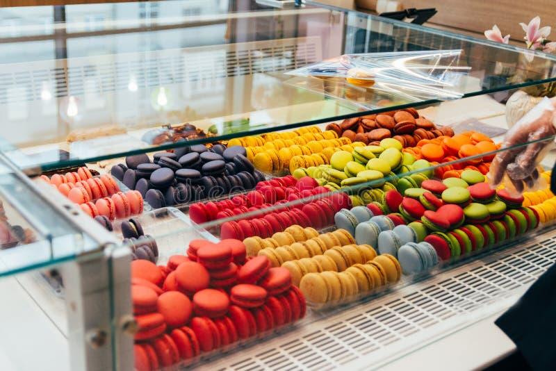 Franse macarons voor verkoop koekjes in de winkel, op storefront stock foto