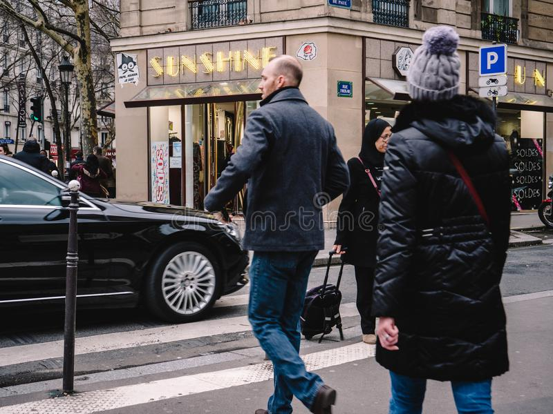 Franse mannelijke en vrouwelijke kruisingsstraat voor Mercedes - Ben royalty-vrije stock afbeeldingen