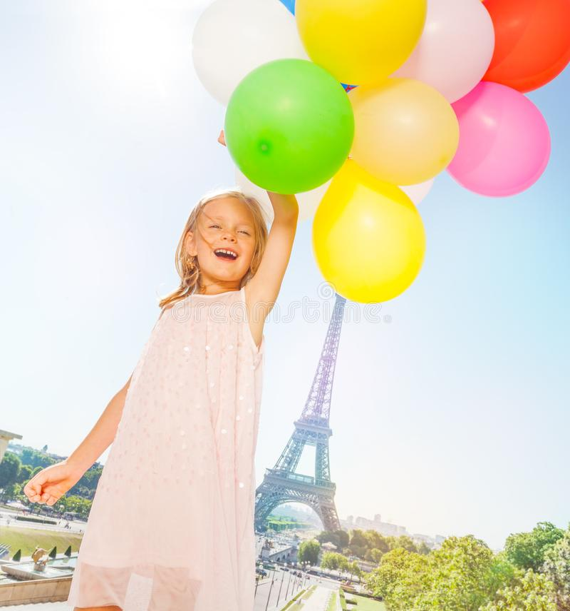 Franse meisjevliegen met ballonsboeket stock afbeeldingen