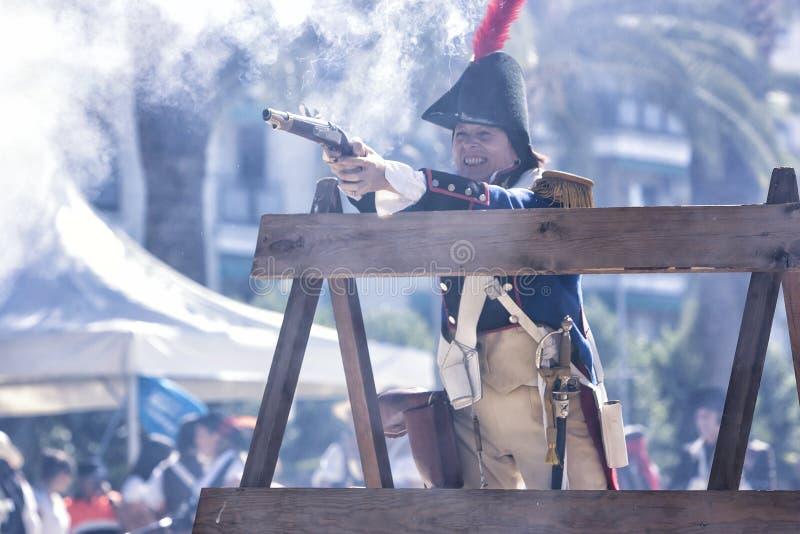 Franse militair die een kanon in brand steken tijdens de Vertegenwoordiging van de Slag van Bailen royalty-vrije stock fotografie