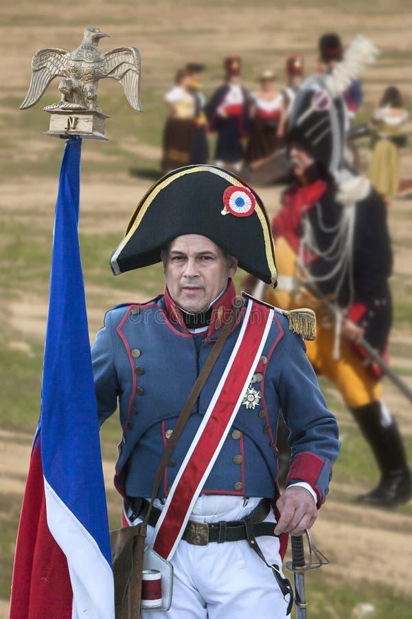Franse militair met de Franse vlag tijdens Vertegenwoordiging van de Slag van Bailen royalty-vrije stock afbeelding