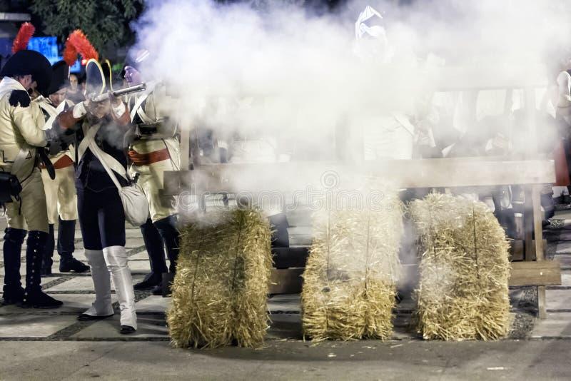 Franse militairen die van barricade tijdens de Vertegenwoordiging van de Slag van Bailen in brand steken stock afbeelding