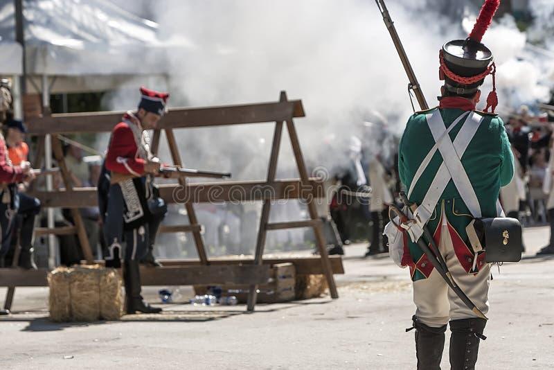 Franse militairen die van barricade tijdens de Vertegenwoordiging van de Slag van Bailen in brand steken royalty-vrije stock afbeelding