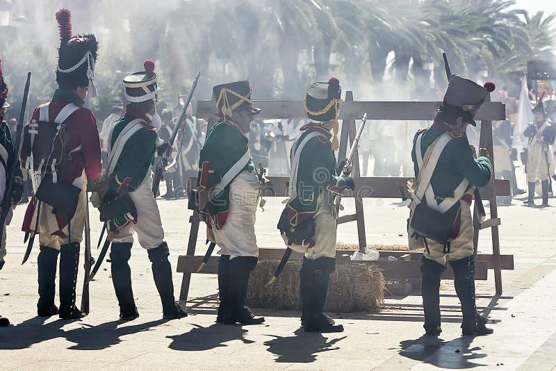Franse militairen die van barricade tijdens de Vertegenwoordiging van de Slag van Bailen in brand steken royalty-vrije stock foto's