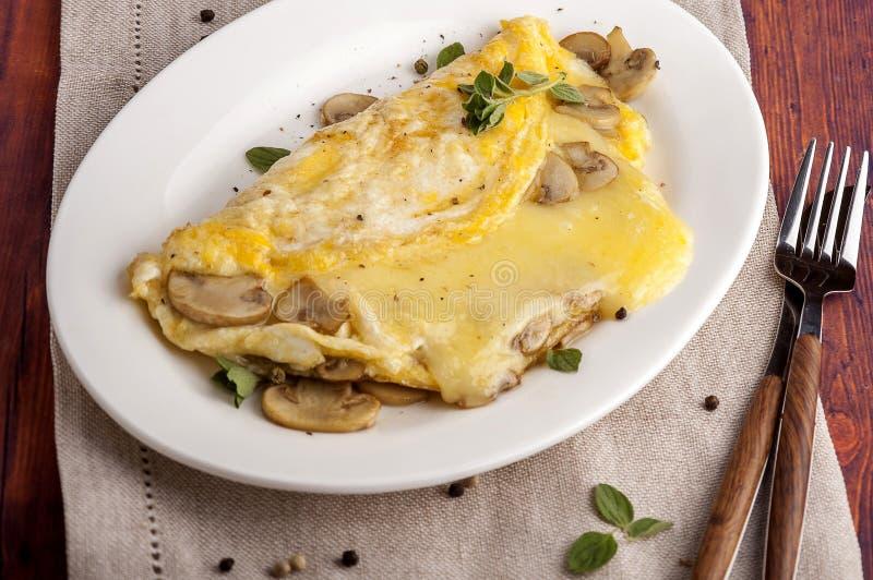 Franse omelet met paddestoelen en kaas stock foto's