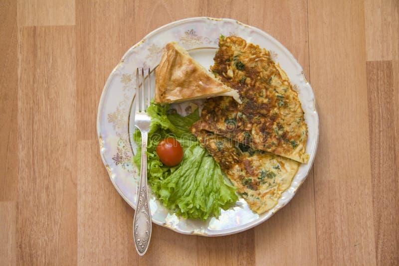 Franse omelet met saburani op houten achtergrond stock foto's