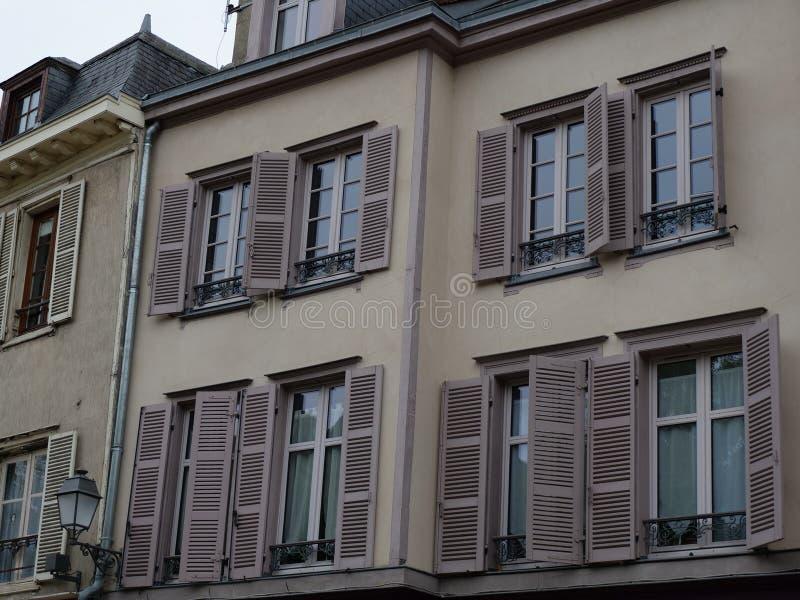 Franse oude huizen met venstertussenvoegsels stock afbeelding