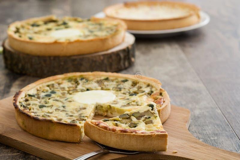 Franse quiche met groenten op een rustieke houten lijst stock foto's