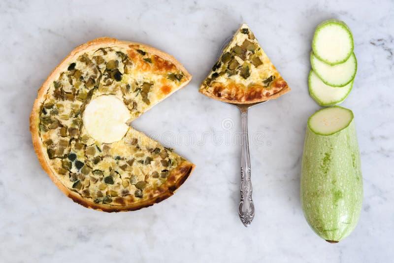 Franse quiche met groenten op marmeren achtergrond royalty-vrije stock fotografie