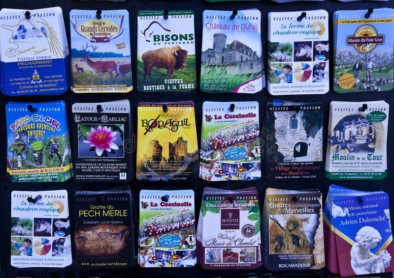 Franse reisbrochures in vertoningsrek royalty-vrije stock foto's