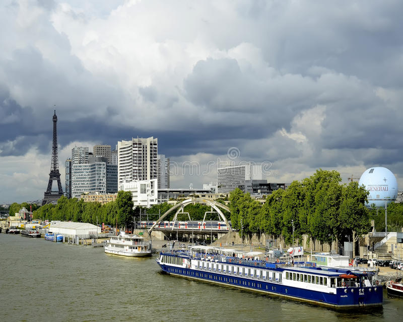 Download Franse Riverboat redactionele stock afbeelding. Afbeelding bestaande uit cruising - 39109534