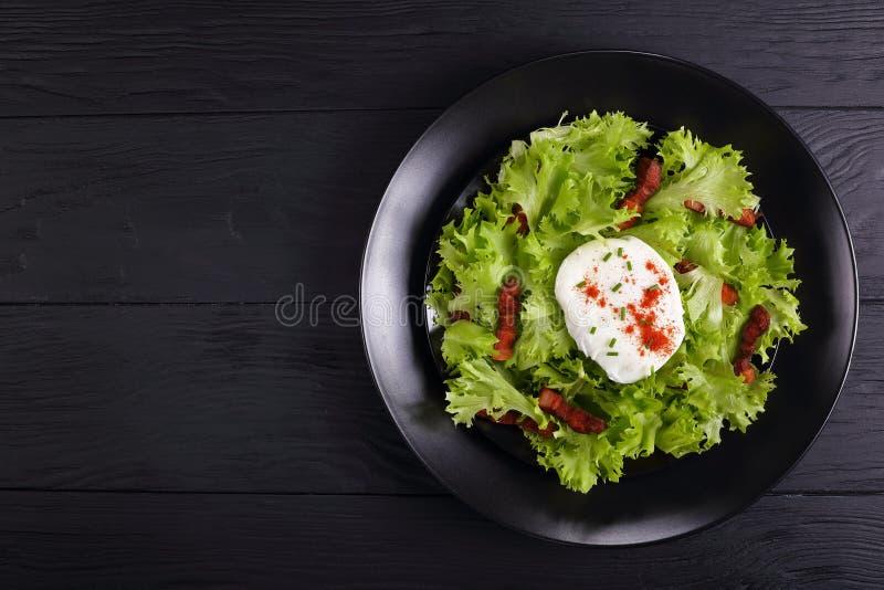 Franse salade Lyonnaise op een plaat royalty-vrije stock fotografie