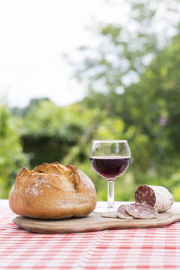Franse snack met brood rode wijn en delicatessen royalty-vrije stock afbeelding