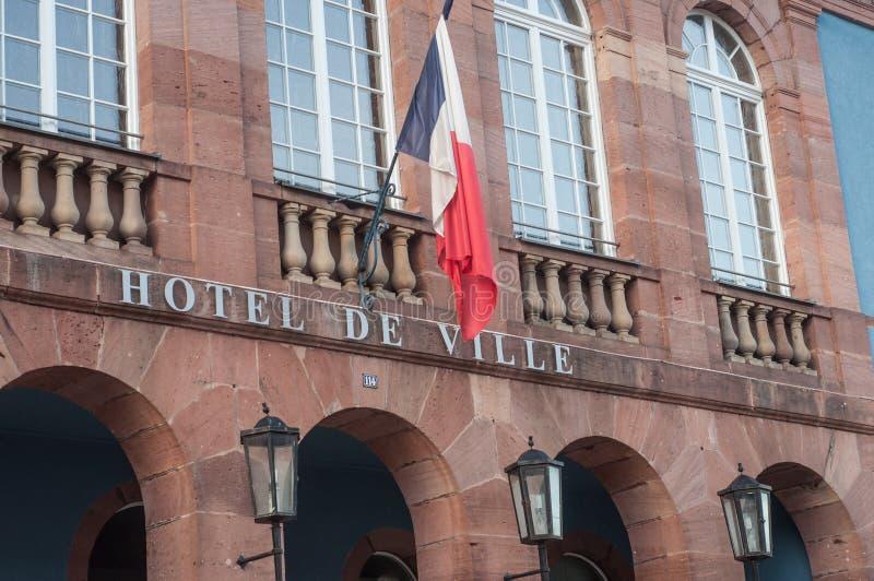Franse stadhuisvoorgevel met Franse vlag royalty-vrije stock foto's