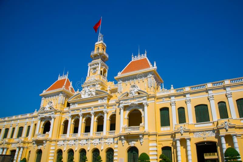 Franse stijl van het inbouwen van Vietnam, Azië Mooi Ho Chi Minh City Hall Voorgevel van huis met overladen ontwerp Rode vlagcont stock foto's