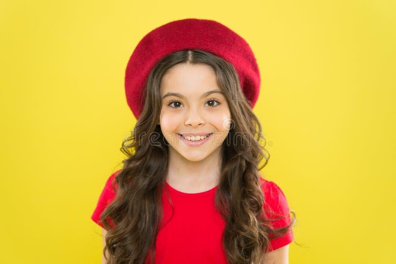 Franse stijlinspiratie Aanbiddelijk klein meisje die rode baret in manierstijl dragen Weinig leuk kind met mooie lang stock foto