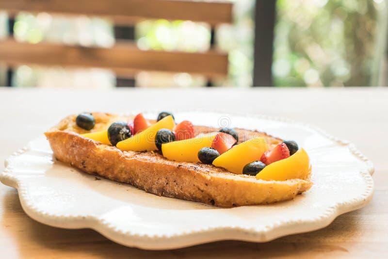 Franse toost met perzik, aardbei en bosbessen royalty-vrije stock foto