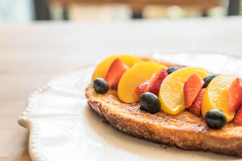 Franse toost met perzik, aardbei en bosbessen stock afbeelding