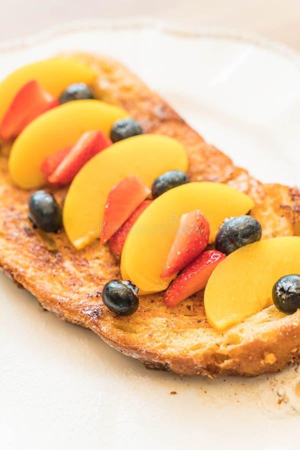 Franse toost met perzik, aardbei en bosbessen royalty-vrije stock afbeelding