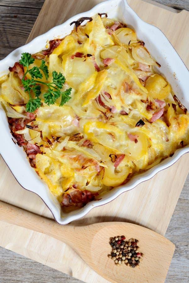 Franse traditionele tartiflette van de aardappelgratin van Savoie stock afbeelding