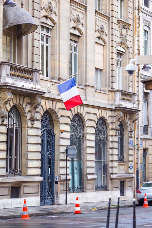 Franse vlag bij voorgevel van de historische bouw binnen stock afbeeldingen
