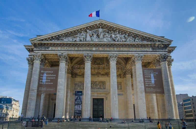 Franse vlagvliegen trots boven het Pantheon in Parijs stock afbeelding