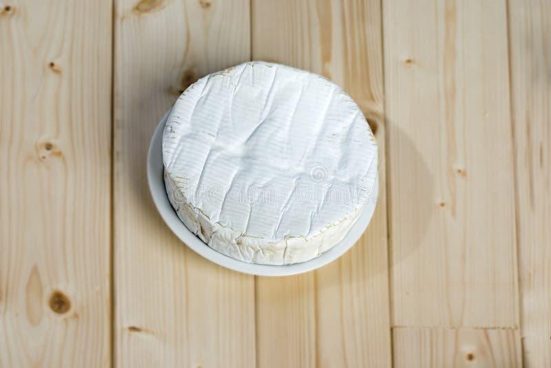 Franse zachte kaas Coulommiers van de Briefamilie met een bloomy schil stock afbeelding
