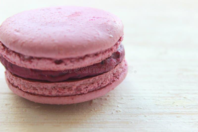 Franse zoete delicatesse, het close-up van de makaronsverscheidenheid Makaronscake die op een lichte achtergrond wordt geïsoleerd royalty-vrije stock afbeelding