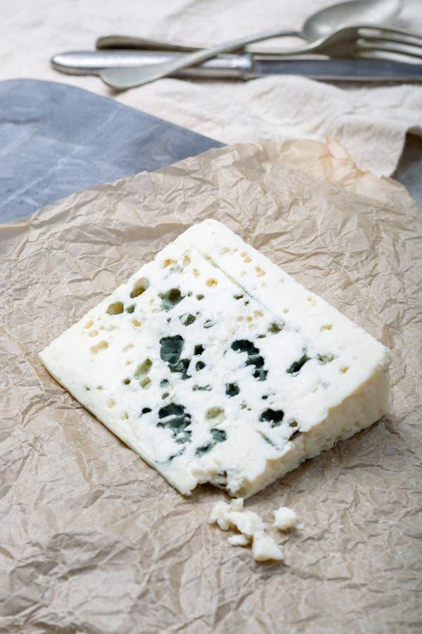 Fransk ädelostroquefort som göras från får, mjölkar i grottor av roquefort-sur-Soulzon arkivbild