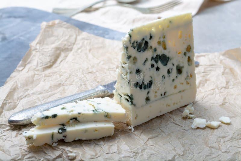 Fransk ädelostroquefort som göras från får, mjölkar i grottor av roquefort-sur-Soulzon royaltyfria foton