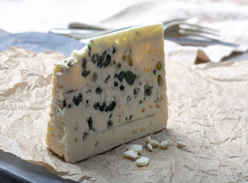 Fransk ädelostroquefort som göras från får, mjölkar i grottor av roquefort-sur-Soulzon royaltyfri fotografi