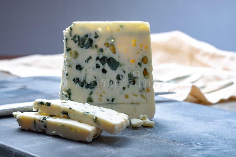 Fransk ädelostroquefort som göras från får, mjölkar i grottor av roquefort-sur-Soulzon fotografering för bildbyråer