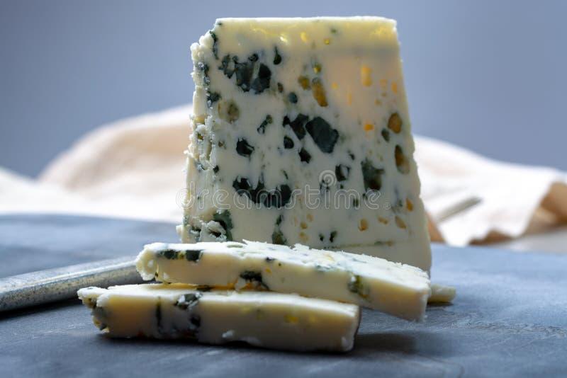 Fransk ädelostroquefort som göras från får, mjölkar i grottor av roquefort-sur-Soulzon arkivfoton