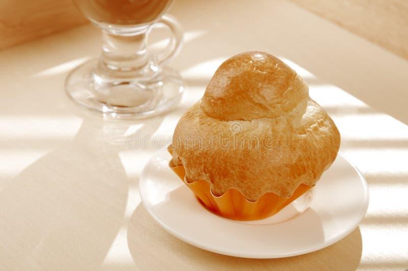 Fransk Brioche och vit kopp av kaffe arkivfoto