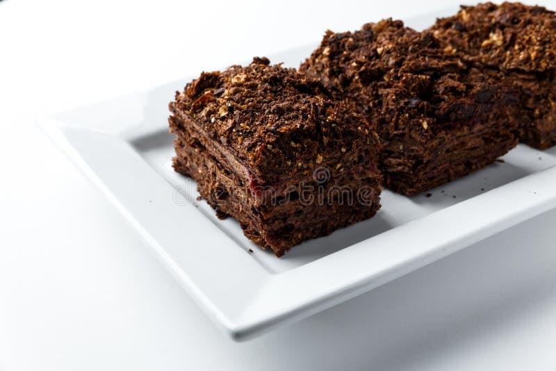 Fransk chokladNapoleon kaka av smördeg med gräddfil på en vit plattanärbild Näringsrik efterrätt valt arkivbild