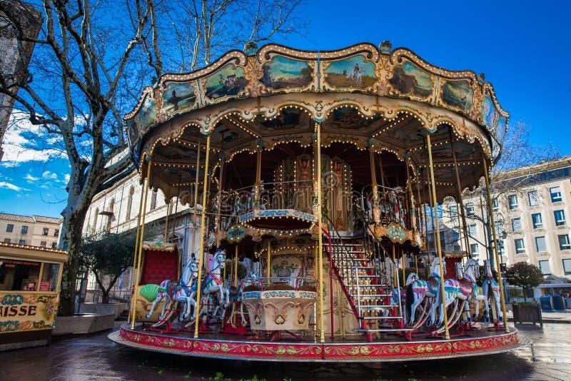 Fransk gammalmodig stilkarusell med trappa på stället de Horloge i Avignon Frankrike royaltyfri bild