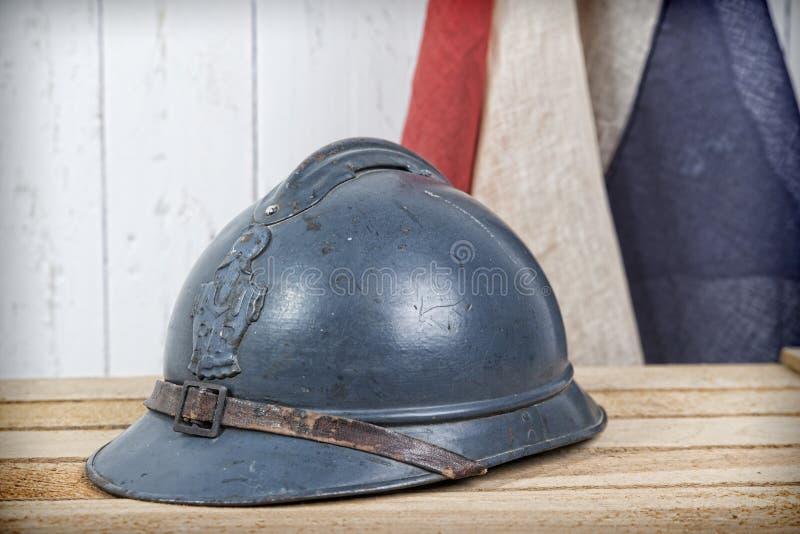 Fransk hjälm och gammal fransk flagga arkivfoton