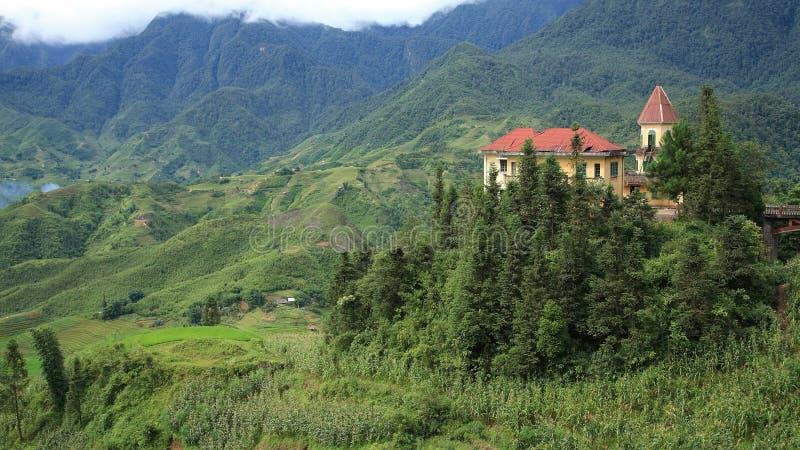 Fransk kolonial byggnad på berg på kattkatten royaltyfri fotografi