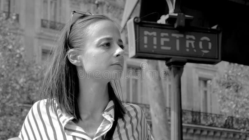 Fransk kvinna vid tunnelbanenät i Paris - PARIS, FRANKRIKE - JULI 29, 2019 royaltyfri fotografi
