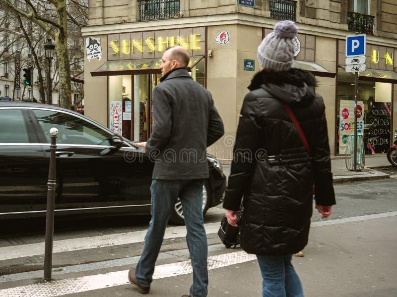 Fransk man- och kvinnligkorsning gata framme av Mercedes - Ben fotografering för bildbyråer