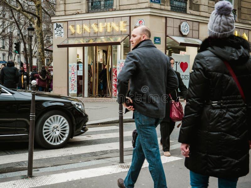 Fransk man- och kvinnligkorsning gata framme av Mercedes - Ben royaltyfri foto