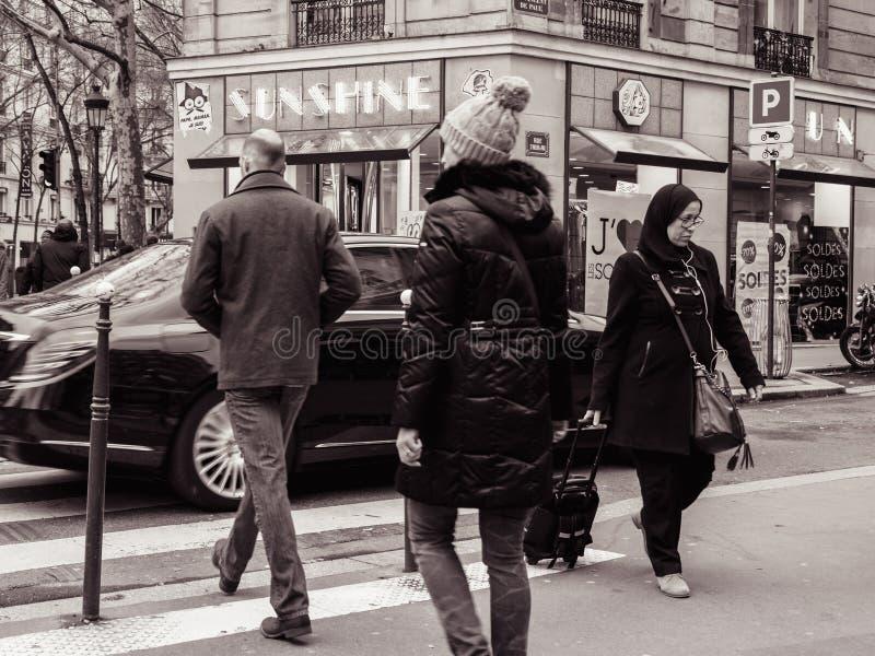 Fransk man- och kvinnligkorsning gata framme av Mercedes - Ben royaltyfri bild