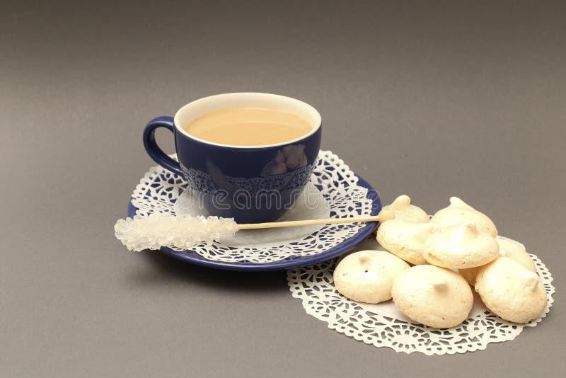 Fransk maräng och kaffe royaltyfri bild