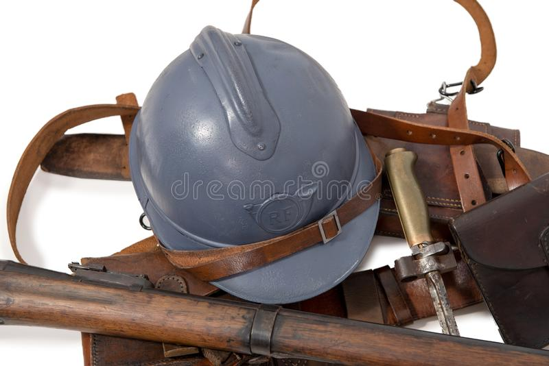 Fransk militär hjälm av det första världskriget med utrustning på arkivbild