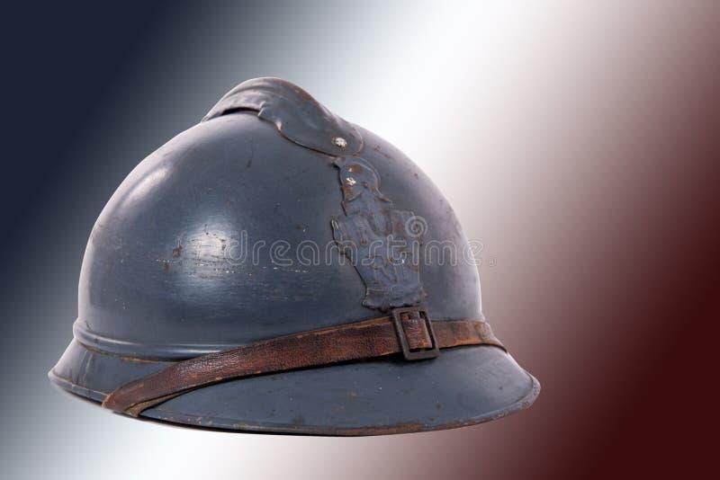 Fransk militär hjälm av det första världskriget på röda vitblått arkivbilder