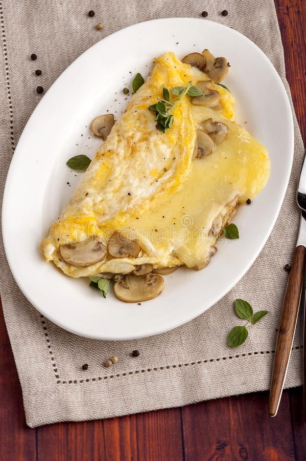 Fransk omelett med champinjoner och ost arkivbild